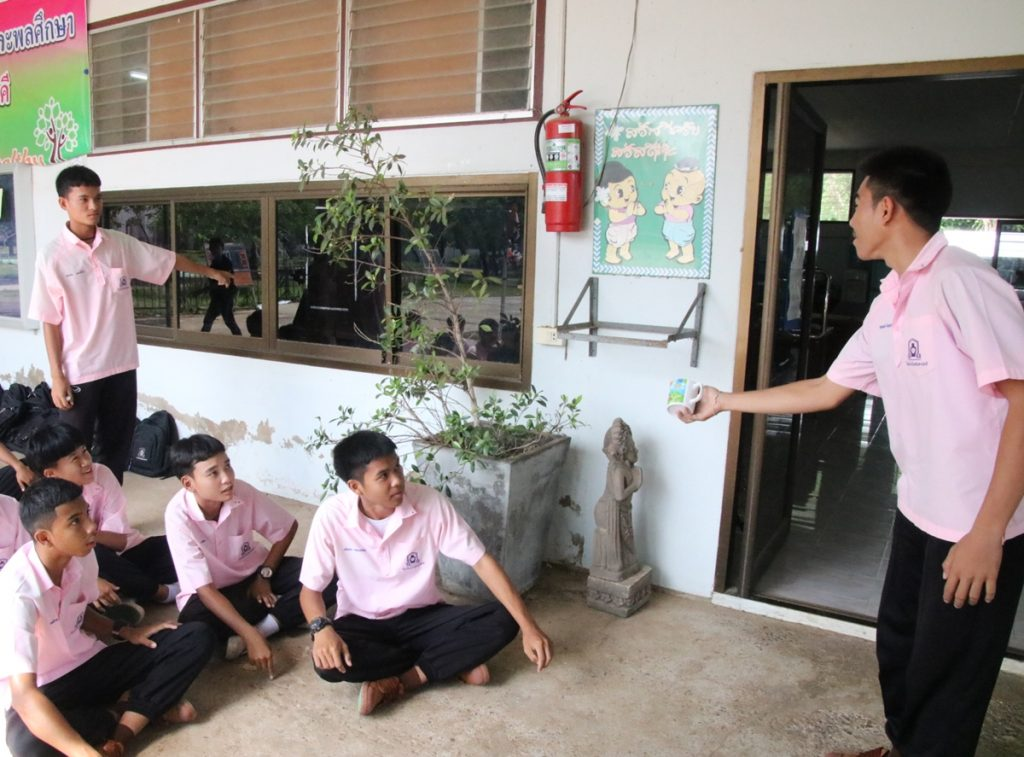 Students on Wednesday re-enact the Aug. 8 confrontation at at Chokechaisamakkhee School in Korat for reporters. According to the students, the mug hit the window frame before bouncing to strike Naruedee Jodsanthia's face.