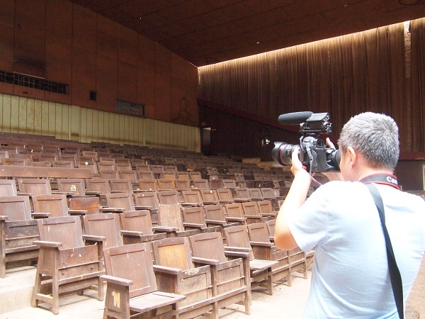 Sonthaya Subyen photographs the Chaloem Sin Theatre in 2013 in Amnat Charoen province