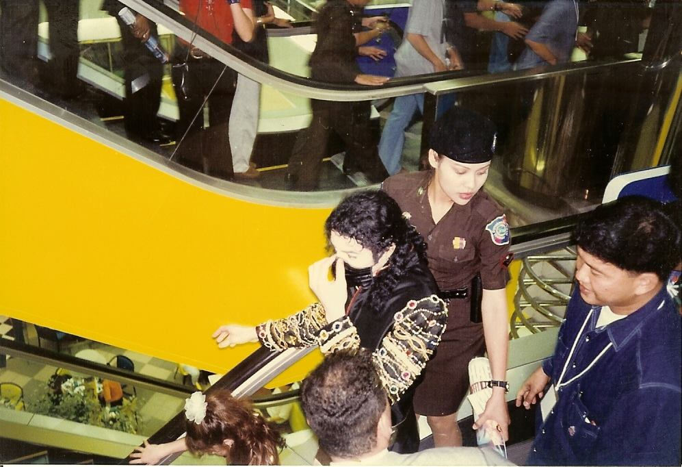 Michael Jackson leaves Tower Records at Siam Square in November 1996. Photo: Andrew Hudson