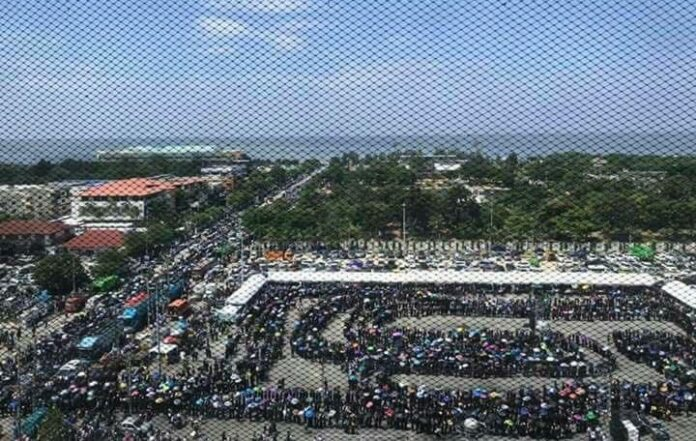 A long, snaking queue for mourners on Oct. 26 in Chonburi province. Image: Change.org