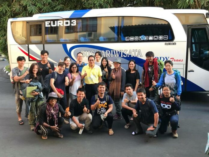 Songpol Sukchan, Thailand's ambassador to Indonesia in yellow shirt, with Thai tourists departing Lombok island back to Bangkok on Monday. Photo: Royal Thai Embassy, Jakarta / Facebook
