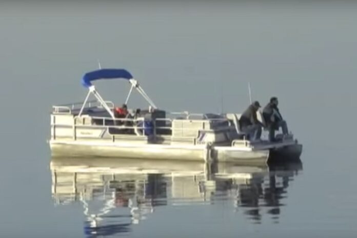 A boat on Hillsdale State Park lake in 2009 in Hilsdale, Kansas. Image: kdwpinfo / YouTube