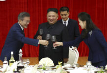 South Korean President Moon Jae-in, left, toasts with North Korean leader Kim Jong-un and his wife Ri Sol Ju during a welcome banquet Tuesday in Pyongyang, North Korea. Photo: Associated Press