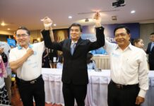 Democrat Party leadership election contenders Warong Dechgitvigrom, Abhisit Vejjajiva and Alongkorn Pollabutr pose for photos on Oct. 8, 2018.
