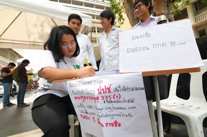Student activists collect signatures for a petition to impeach the Election Commission Tuesday at Thammasat University, Tha Prachan campus.