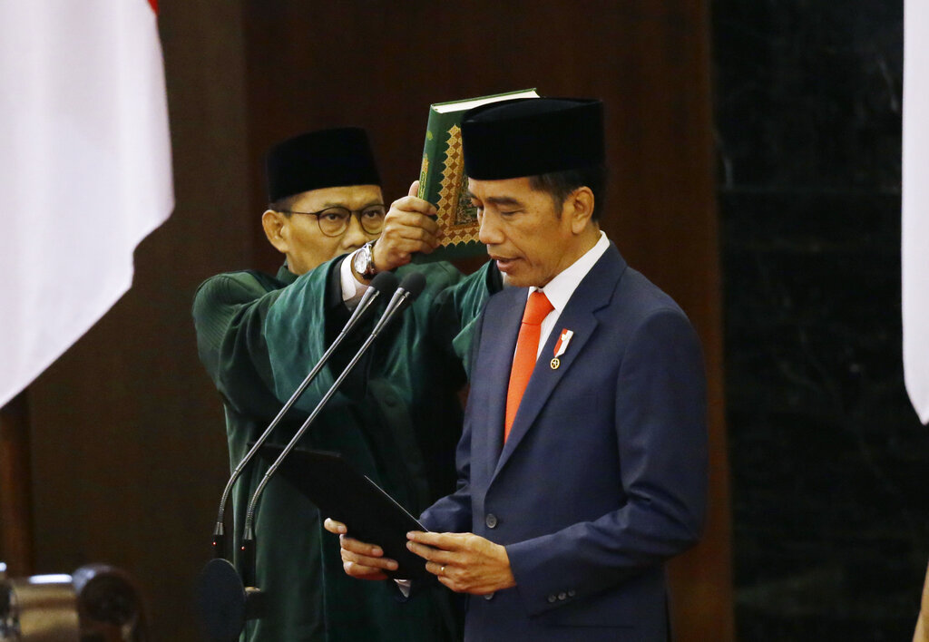 Indonesian President Joko Widodo, right, reads his oath during his inauguration ceremony as the country's seventh president at the parliament building in Jakarta, Indonesia Sunday, Oct. 20, 2019. Widodo, who rose from poverty and pledged to champion democracy, fight entrenched corruption and modernize the world's most populous Muslim-majority nation, was sworn in Sunday for his second and final five-year term with a pledge to take bolder actions. Photo: Achmad Ibrahim Pool / AP
