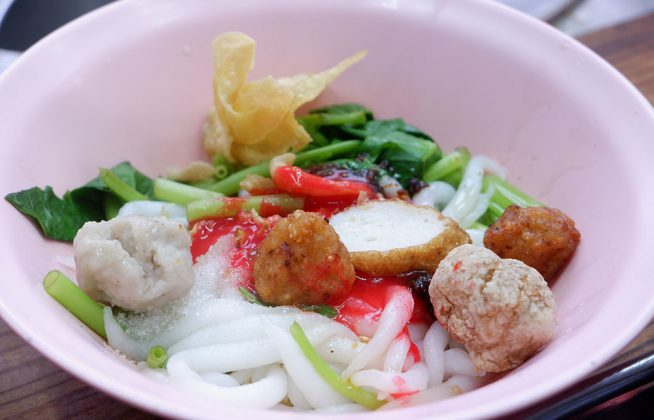 A bowl of giam-ee noodles with yentafo sauce (40 baht).
