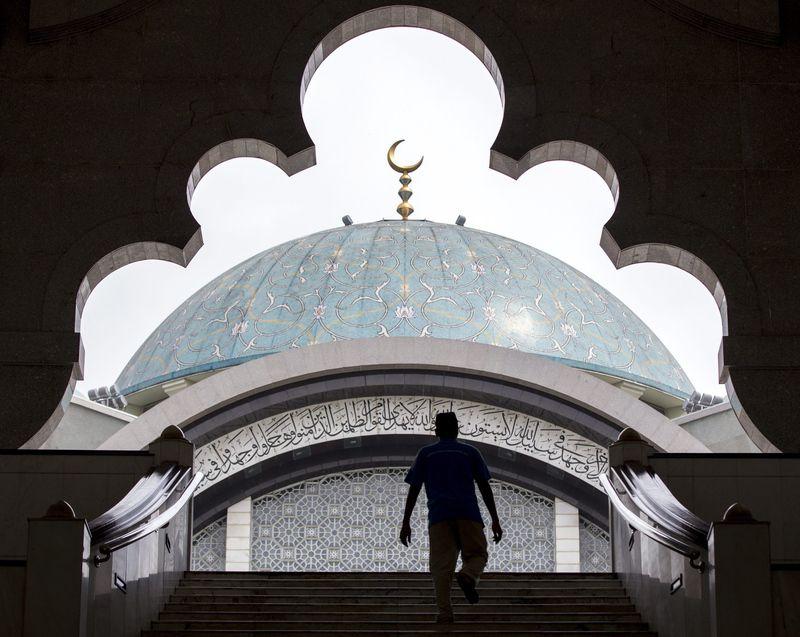 A Malaysian Muslim man enters a Mosque during the fasting month of Ramadan in 2014 in Kuala Lumpur, Malaysia. Photo: Azhar Rahim / EPA